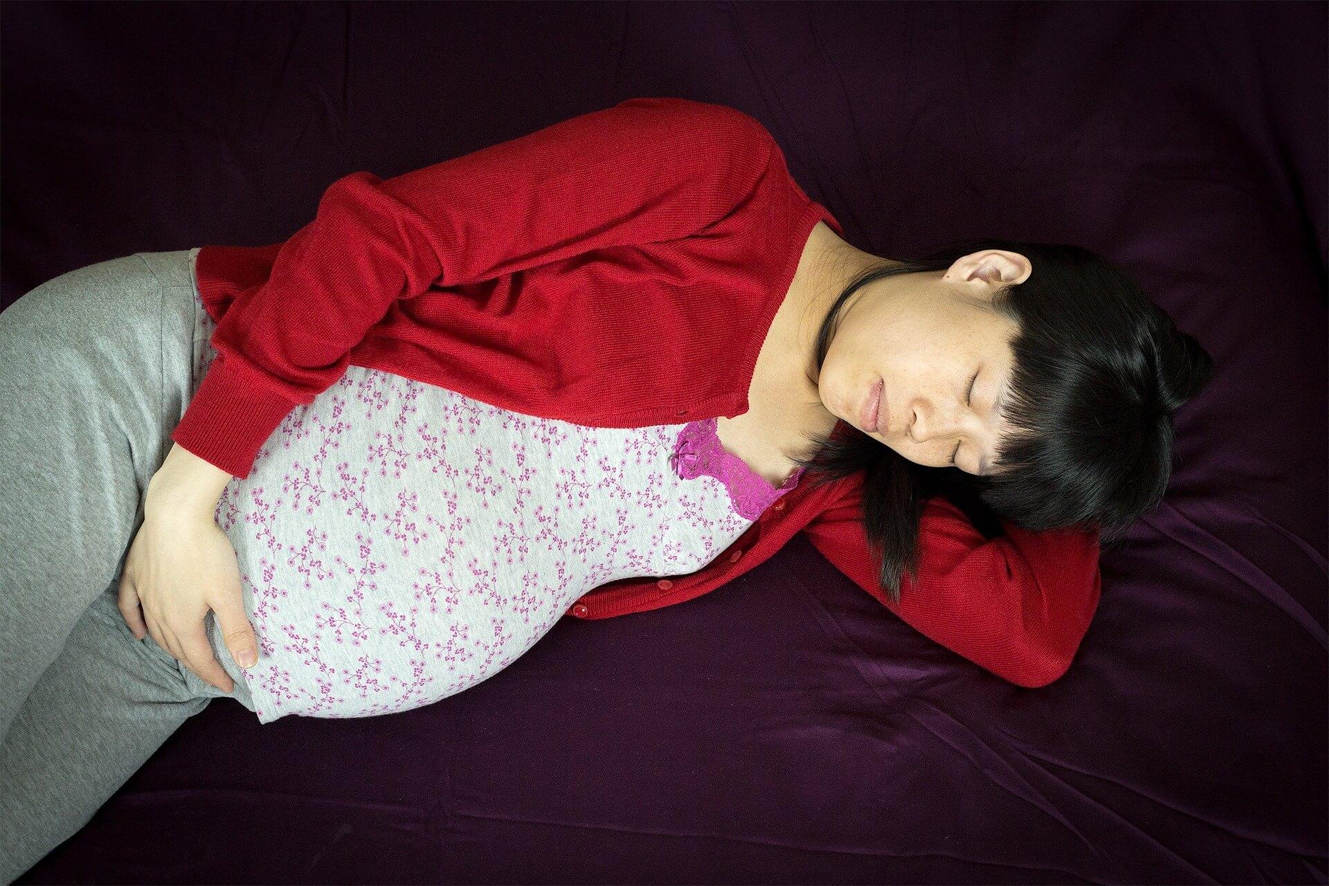 Cuscino Tra Le Gambe In Gravidanza.Dormire In Gravidanza Tutte Le Posizioni E I Consigli Pharma Mum